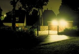 Indtrængende lys. Lyset fra en kommunal oplagsplads oplyser hele natten facaden i det nærliggende hus. Fot.: P.T.Aldrich.