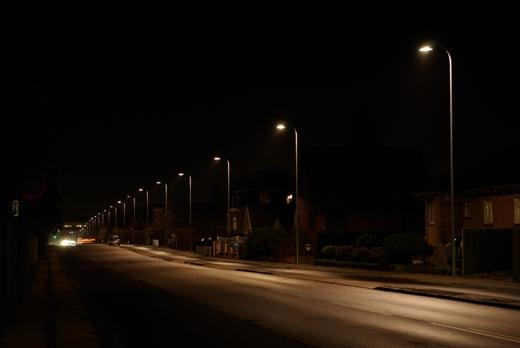 Et eksempel på god vejbelysning. Københavnerarmaturet sender lyset derhen, hvor det gør gavn: På vejen, cykelstien og fortorvet. Fot.: P.T.Aldrich.