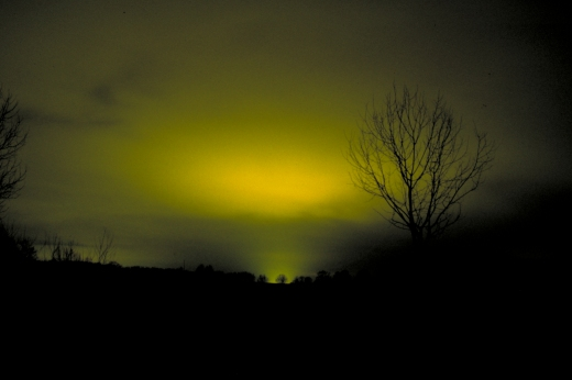 En nattehimmel oplyst af drivhusbelysning fotograferet på flere km afstand. Fot.: P.T.Aldrich.