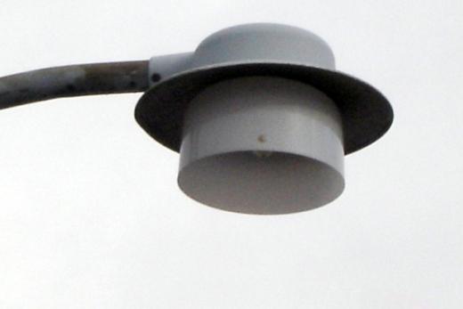 Hattelampen er et eksempel på et dårligt armatur. Dels sender det lys ud over det vandrette plan. Dels giver det meget lidt lys ned på vejen. Fot.: P.T.Aldrich.