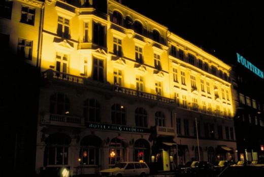 """Belyst hotelfacade. Belysningen får stueetagen til at """"forsvinde"""" og fremspring på facaden kaster mærkelige skygger. Fot.: P.T.Aldrich."""