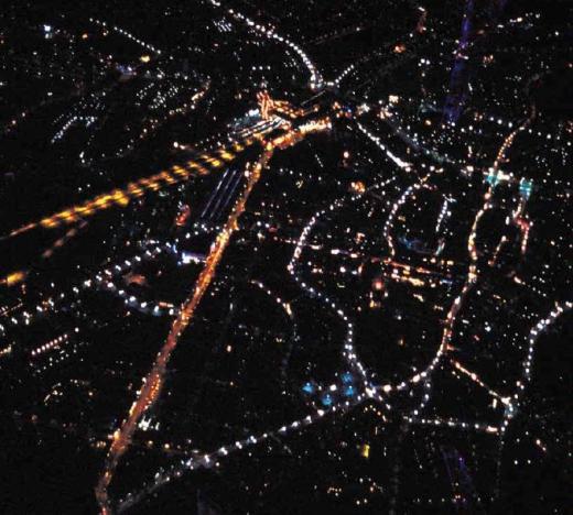 Odense fotograferet fra fly en skyfri aften. Kilde: Belysningsplan for Odense Bymidte, Odense Kommune 2003.