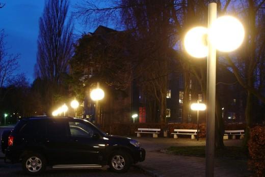 En p-plads og stier oplyst ved hjælp af kuppellamper uden nogen form for afskærmning. Fot.: P.T.Aldrich.