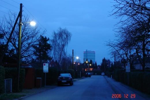 Vejbelysning med hattelamper. Vejen kan ses, fordi fotoet er taget i skumringen; lamperne kan ikke lyse vejen op. Fot.: P.T.Aldrich.