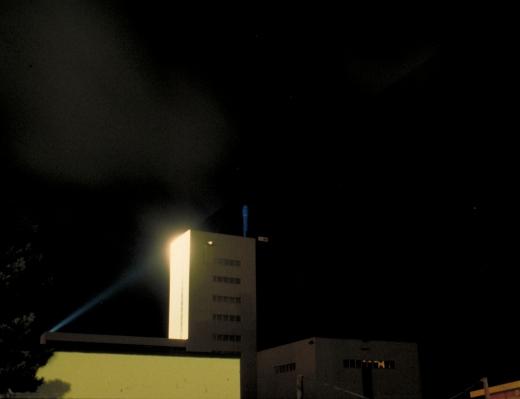 Et virksomhedslogo belyst nedefra med en kraftig projektør. Fot.: P.T.Aldrich.