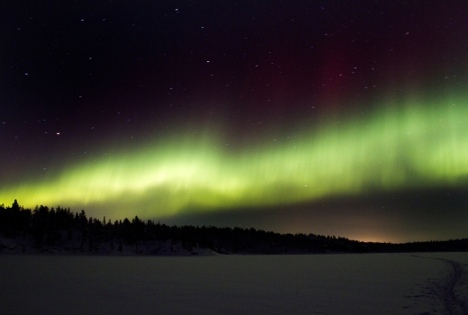 Nordlys kan også opleves i Danmark, hvis man er heldig, og hvis man befinder sig et sted uden lysforurening med fri udsigt til den nordlige himmel. Fot.: Dan Nordal, Kirkenes, Norge under Creative Commons Attribution 2.0 Generic licens.