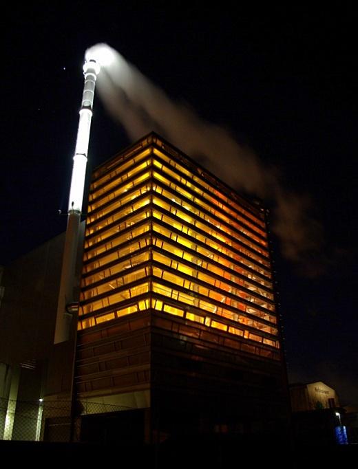 Rensningsanlægget Lynettens nye ovn- og silobygning er modtager af Dansk Center for Lys' Danske Lyspris 2012 p.g.a. belysningen af skorstenen og belysningen, som strømmer ud indefra. Fot.: P.T. Aldrich.
