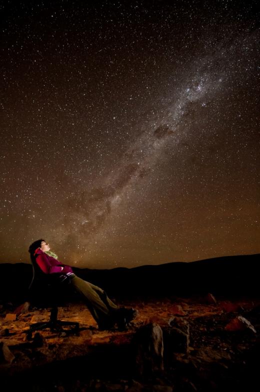 Ameila Bayo betragter den sydlige stjernehimmel. Fot.: ESO/Max Alexander.