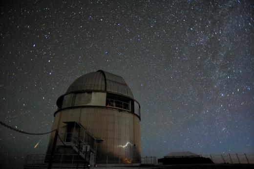I 1983 flyttede Danmark meridiankredsen fra Brorfelde til Observatorio del Roque de los Muchachos på den kanariske ø La Palma. Nogle år senere, i 1989 inviede Danmark samme sted sammen med de andre nordiske lande Nordic Optical Telescope (NOT). NOT'en, der har et hovedspejl på 2,5 m i diameter, er her fotograferet sammen med et stjerneskud fra meteorsværmen Lyriderne den 23. april 2009. Fot.: NOT/Håkon Dahle.