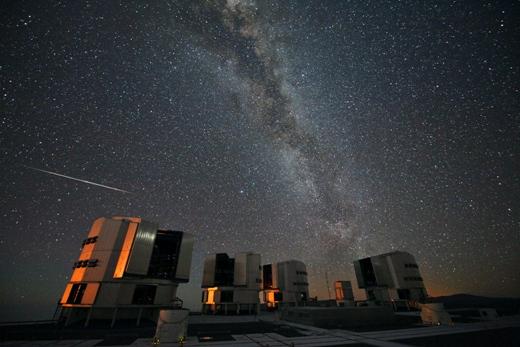 En Perseide, dvs. et stjerneskud fra stjerneskudssværmen Perseiderne, over det europæiske sydobservatoriums (ESO) Very Large Telescope (VLT). Perseiderne kan ses hvert år i august; flest omkring den 12. august. Fot.: ESO/S. Guisard.
