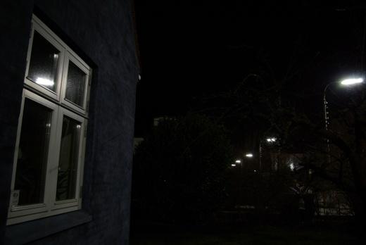 Indtrængende lys, dvs. lys som falder uden for det område, som skal belyses. Her et hus 8-10 m fra vejen, hvis facade og vejvendte værelser oplyses af gadelamper (lysstofrør), der kaster lys 'bagud'. Med mindre beboerne har tykke gardiner, der lukker lyset ude, risikerer de at få forstyrret deres døgnrytme af det kunstige lys.