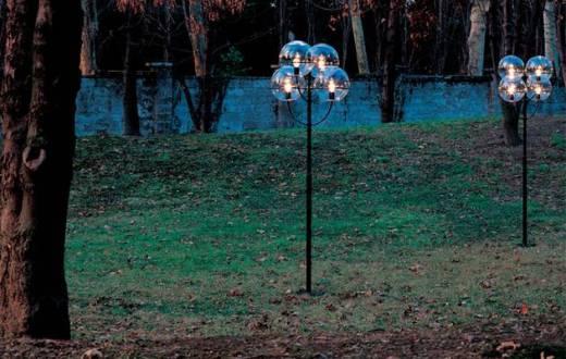 En af de udendørs lamper, som Bolius peger på, at boligejere kan sætte op i haven som dekoration. Lampen bidrager til lysforureningen, fordi den sender lys ud over det vandrette plan. Fot.: Bolius, PR/Oluce.